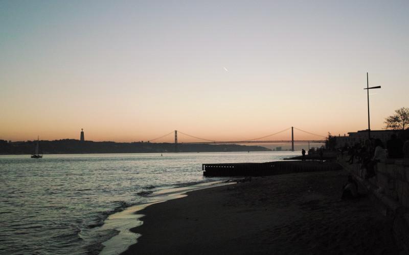 Rundreise durch Portugal – Lissabon Hafen Sonnenuntergang